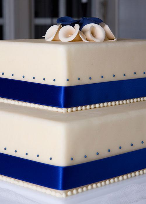 Blå-dekortion-på-bryllupskagen