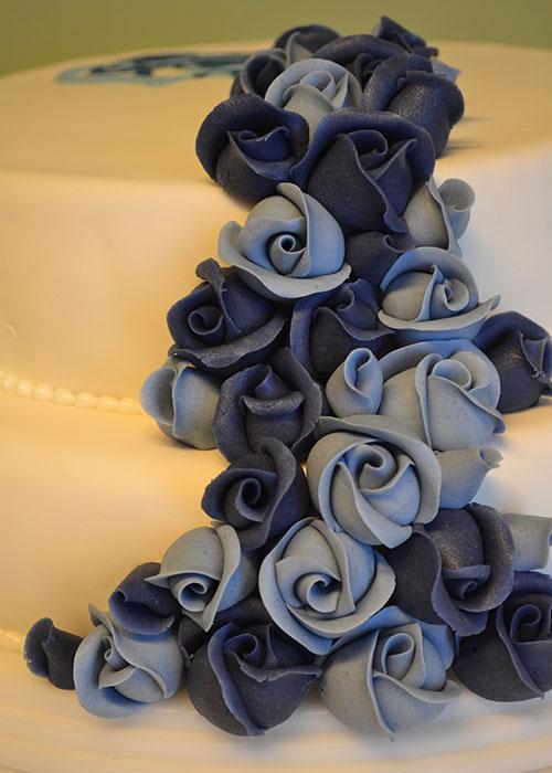 Blå-roser-på-bryllupskage