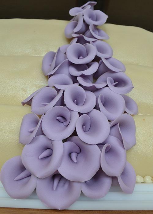 Bryllupskage-med-lilla-blomster