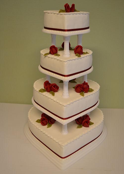 Hvid-bryllupskage-med-røde-roser