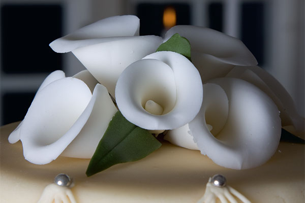 Hvide-callaer-bryllupskager