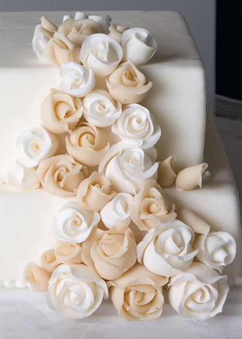 Hvide-roser-bryllupskage