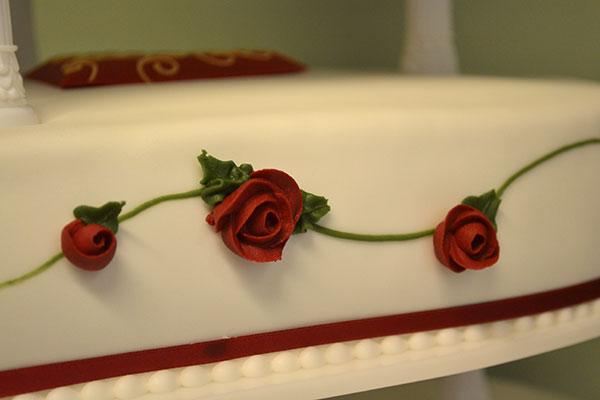 Konditor-Rose-dekoration-på-bryllupskage