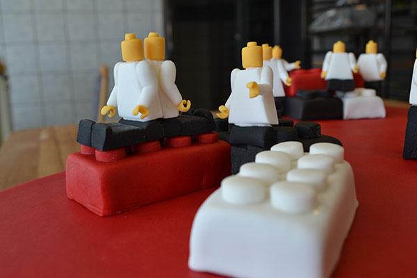 LEGO-klodser-i-chokoladekage