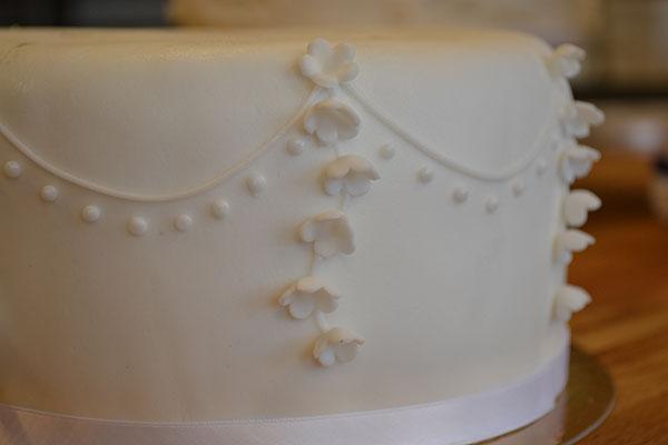 Liljekonvaller-på-bryllupskage