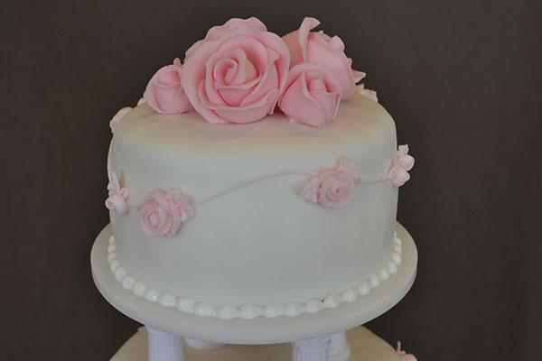 Lyserøde-roser-på-kage