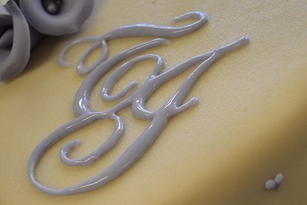 Monogram-på-bryllupskagen