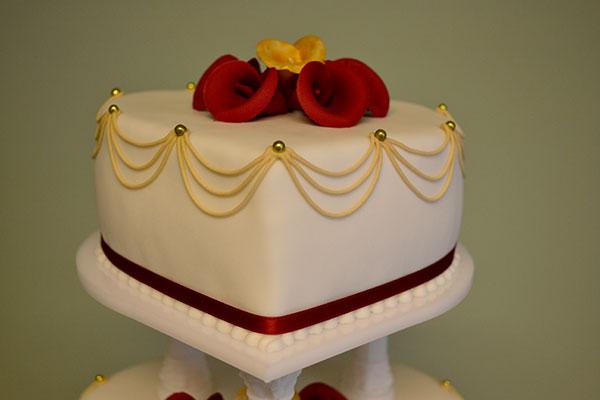 Rød-og-guld-på-bryllupskage