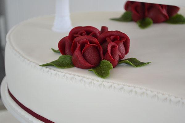 Røde-roser-på-bryllupskage