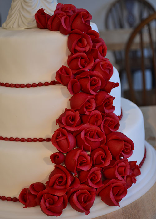bryllupskage-med-blomster-vandfald