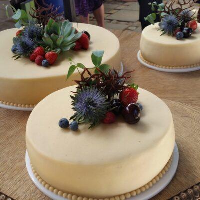 Bryllupskage med bær og blomster