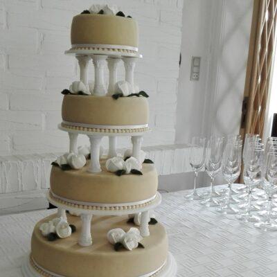 Bryllupskage med hvide roser