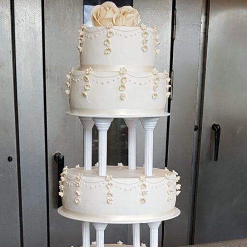 Bryllupskage overdådig med blomster