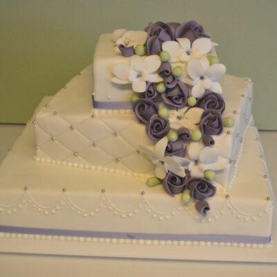 Bryllupskage med lavendel blomster