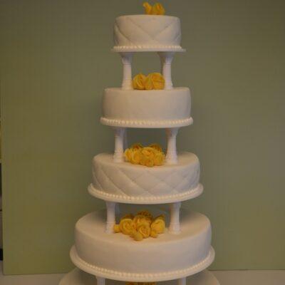 Bryllupskage med gule roser