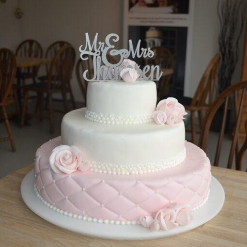 Bryllupskage i hvis og rosa