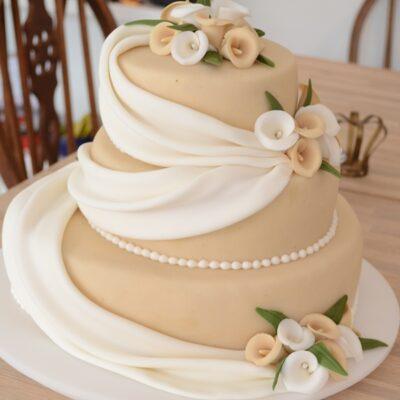 Let og jordnær bryllupskage